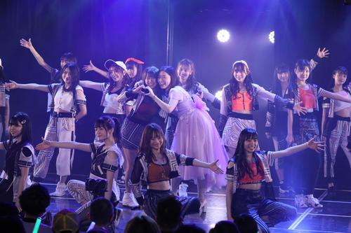 SKE48劇場に出演した松井珠理奈(中央右)