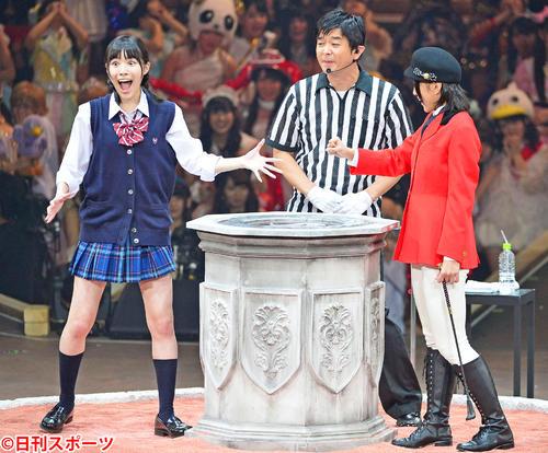 第4回AKB48じゃんけん大会 決勝で上枝恵美加(右)を破り優勝した松井珠理奈は大きく目を見開いて喜ぶ(2013年9月18日撮影)