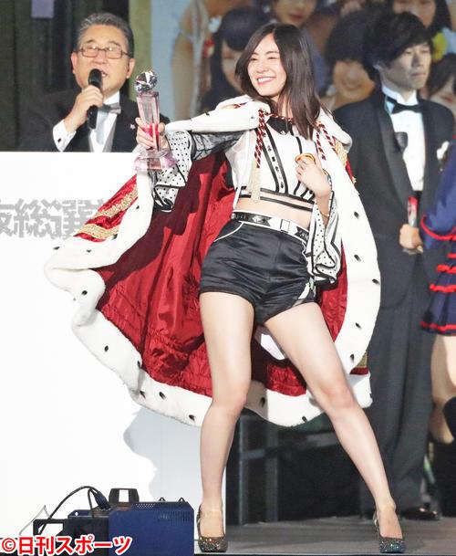 第10回AKB48世界選抜総選挙 1位になりファンに向かってトロフィーを見せるSKE48松井珠理奈(2018年6月16日撮影)