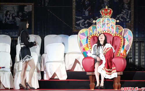 第10回AKB48世界選抜総選挙 1位を獲得し横山由依(左)が見つめる中、しみじみと1位の椅子に座る松井珠理奈(2018年6月16日撮影)