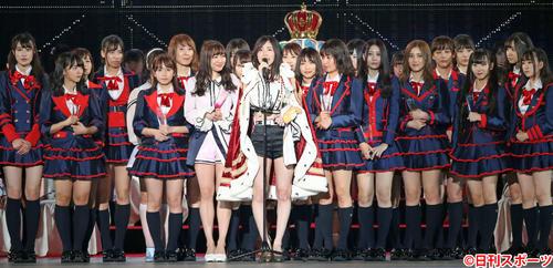 第10回AKB48世界選抜総選挙 1位となりSKE48メンバーを全員集めファンに感謝の気持ちを伝える松井珠理奈(中央)(2018年6月16日撮影)