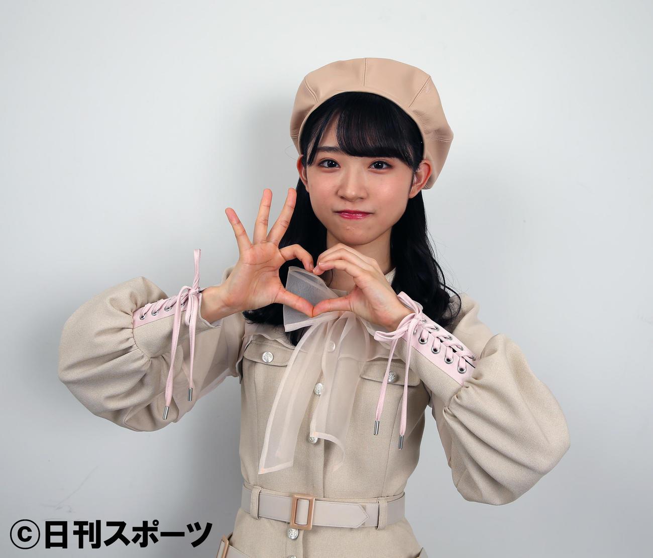 「ハーグー」ポーズの、失恋を表す左右非対称のハートマークを作るAKB48山内瑞葵(撮影・大野祥一)