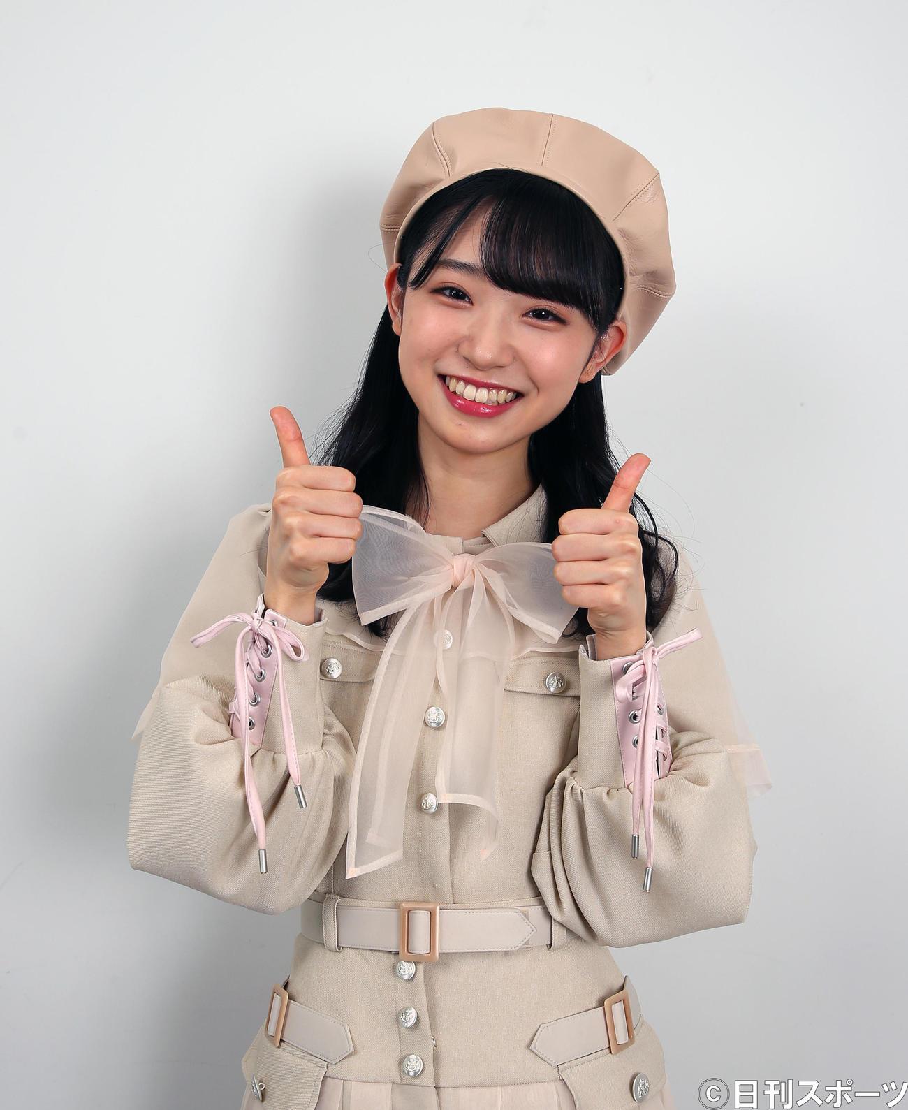 「ハーグー」ポーズのありがとうを表すサムアップで笑顔を見せるAKB48山内瑞葵(撮影・大野祥一)