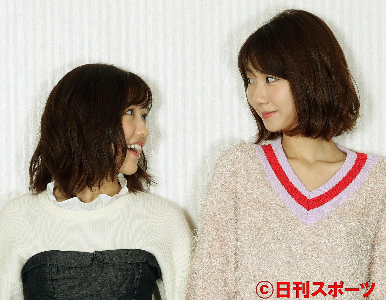 照れながら見つめ合う渡辺麻友(左)と柏木由紀は(17年11月28日撮影)