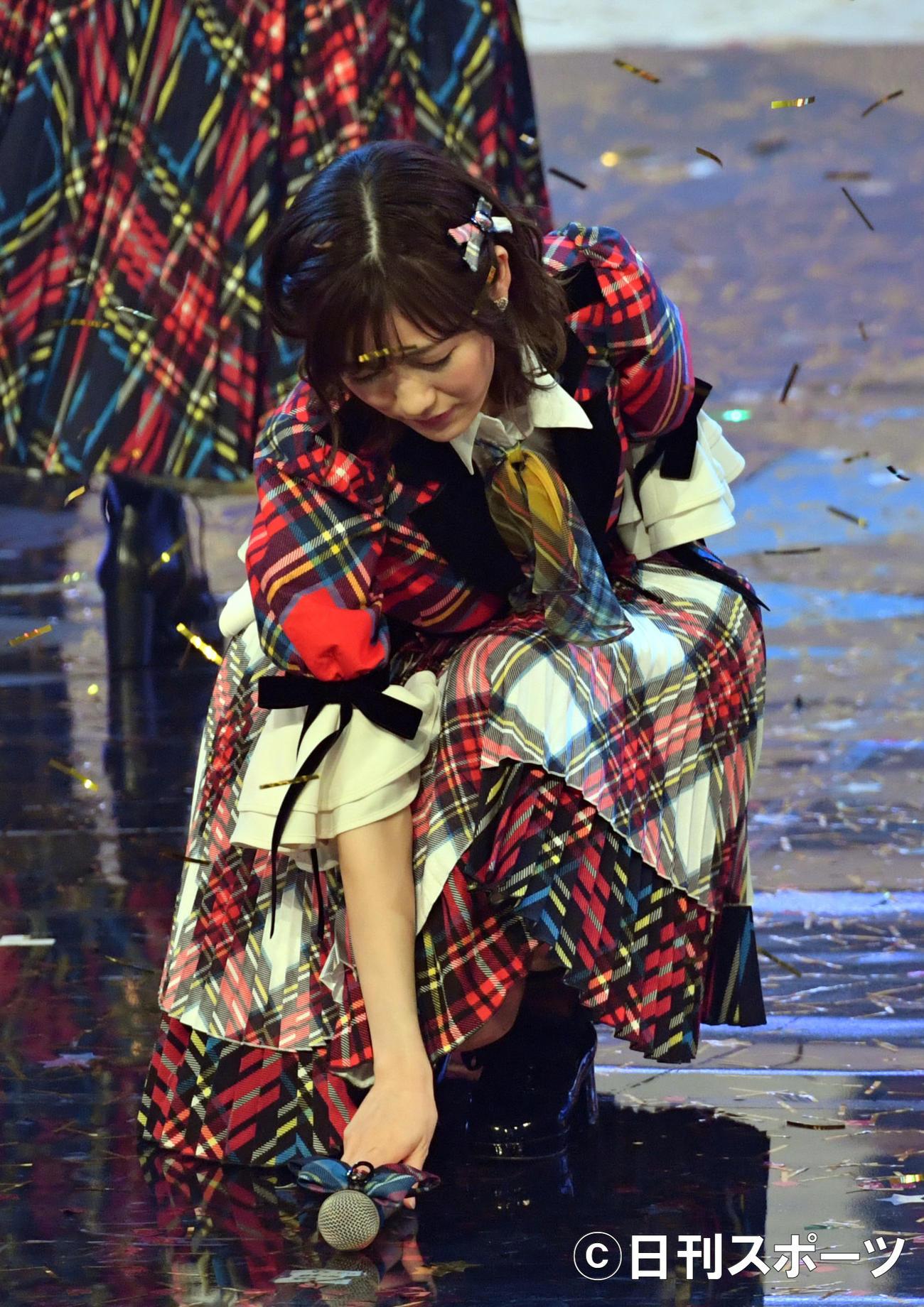 17年NHK紅白歌合戦 「11月のアンクレット」を歌い終わった後、マイクを置く渡辺麻友