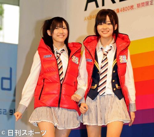 AKB48の渡辺麻友。右は指原莉乃(2009年11月16日撮影)