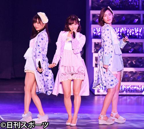 「パジャマドライブ」を披露する渡辺麻友。左はNMB48山本彩、右はSKE48松井珠理奈