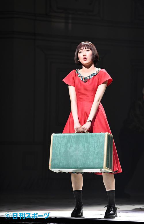 18年、ミュージカル「アメリ」で旅行かばんを持つ渡辺麻友