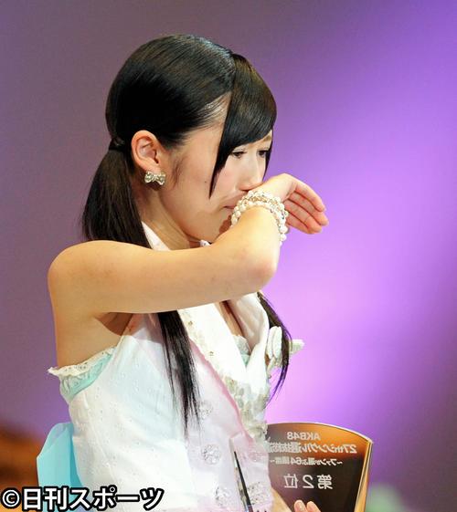 第4回AKB48選抜総選挙開票イベント あいさつしながら感極まる2位の渡辺麻友(2012年6月6日撮影)
