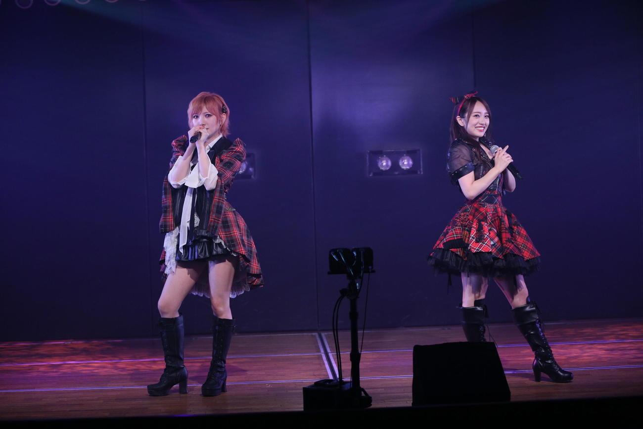 2カ月半ぶりにAKB48劇場から公演を届けた向井地美音(左)と岡田奈々(C)AKB48