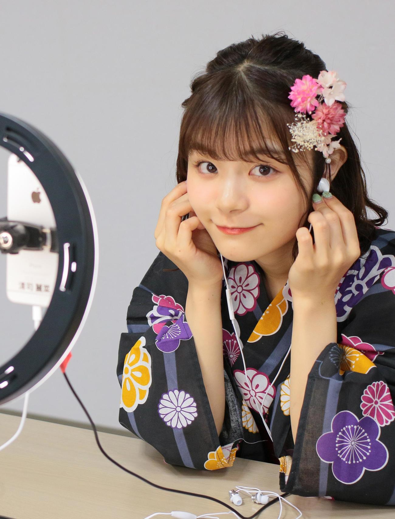 「オンライン個別おしゃべり会」を行い笑顔を見せる清司麗菜(C)Flora