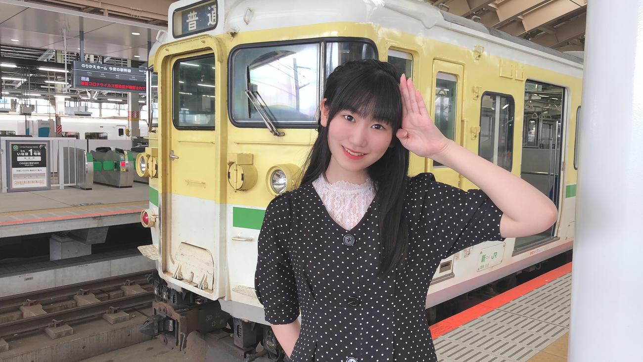 新潟駅で115系の弥彦色の電車と写真に納まるNGT48佐藤海里