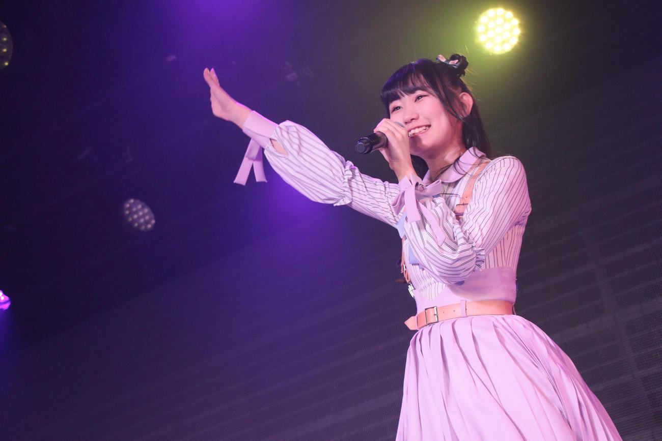 公演で熱唱する佐藤海里(C)Flora