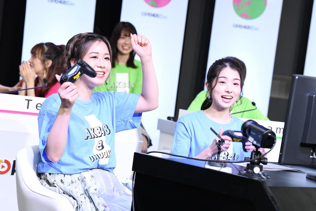 「AKB48 e運動会~離れて強くなったもの、は本物。~」でガッツポーズする大家志津香(左)と岩立沙穂(C)AKB48