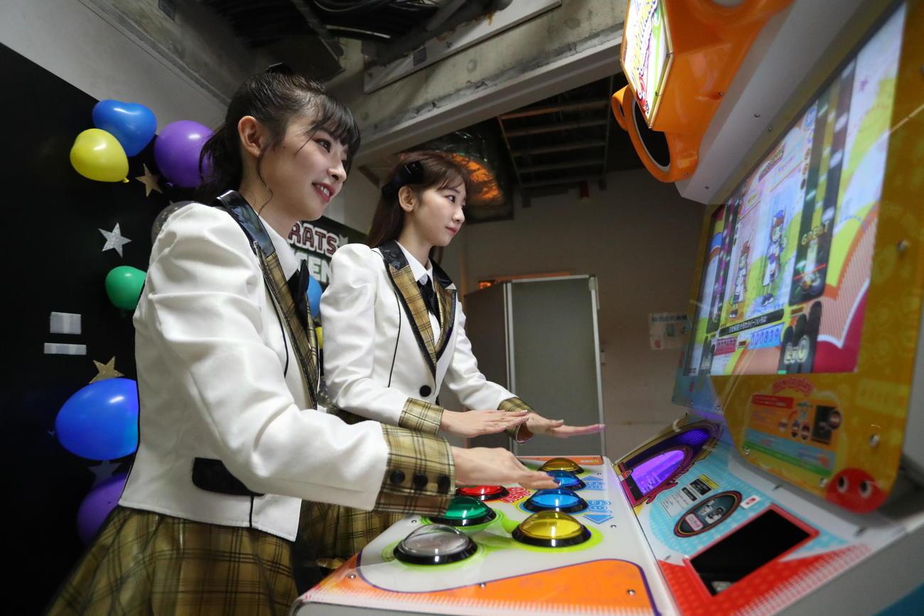 ゲーム好きが集まったAKB48のユニット「GRATS」のお披露目公演でゲームを行う武藤十夢(左)と柏木由紀(C)AKB48