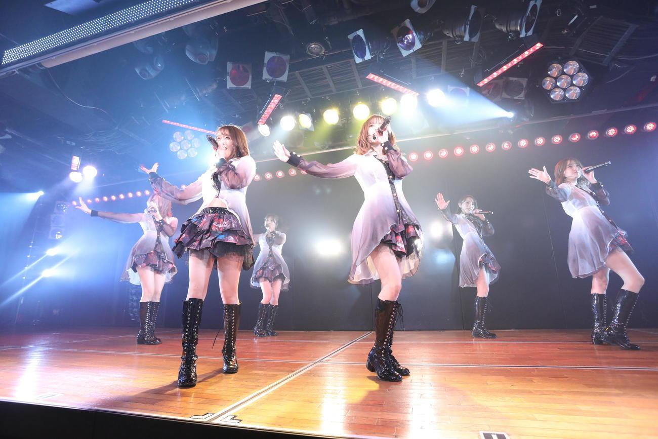 お披露目公演で大人な雰囲気を漂わせる公演を行ったAKB48のユニット「SENSUALITY」(C)AKB48