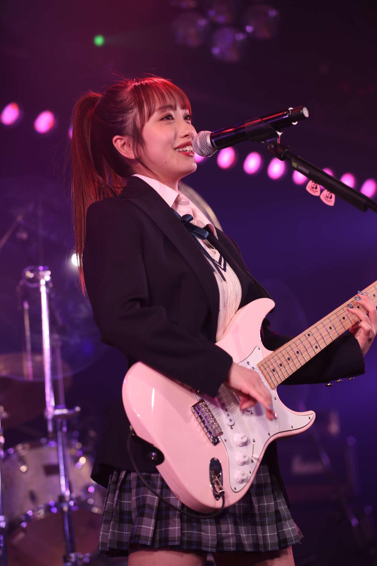 AKB48のバンドユニット「Lacet」お披露目公演で歌う向井地美音(C)AKB48