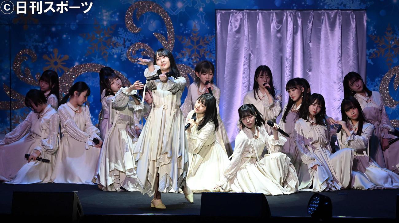 武道館で初の単独コンサートを行い、新曲「独り言で語るくらいなら」を披露。センターを務めたSTU48の石田千穂(中央)(撮影・たえ見朱実)
