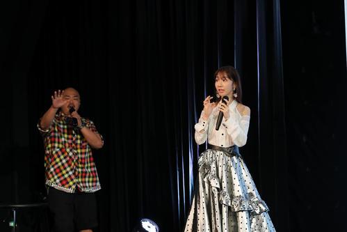 7年5カ月ぶりのソロシングル発売会見にクロちゃん(左)がサプライズ登場し驚くAKB48柏木由紀