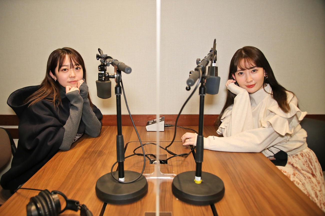 峯岸みなみ(左)がパーソナリティーを務めるTOKYO FM「峯岸みなみのやっぱり今日も褒められたい」にゲスト出演した小嶋陽菜