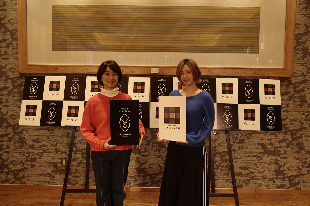 TOKYO FM「Blue Ocean」の公開収録「福岡の八女茶」スイーツオンライン試食会にゲストとして出演したAKB48の大家志津香(右)。左はパーソナリティーを務める住吉美紀