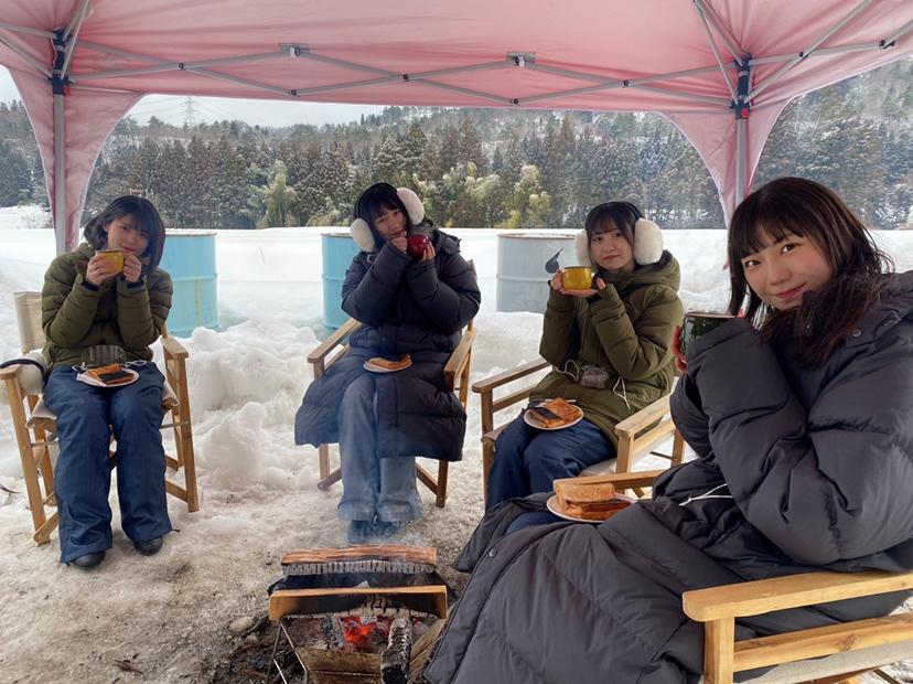 ニコニコ生放送の特番でキャンプを行って3周年を迎えた、NGT48のドラフト3期生。左から安藤千伽奈、佐藤海里、對馬優菜子、藤崎未夢(c)Flora