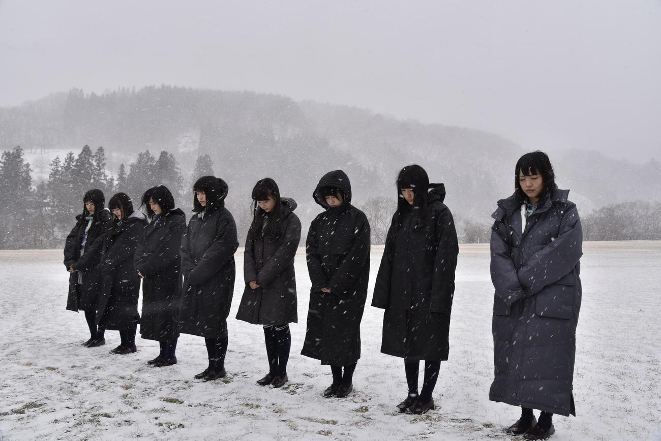 15年3月11日、岩手・宮古市で黙とうするAKB48グループメンバー(C)AKB48