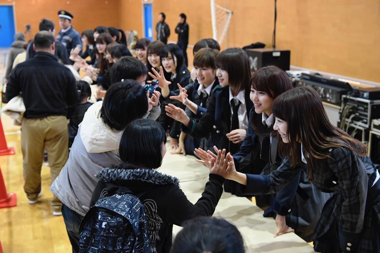 17年3月4日、福島・広野町で交流する柏木由紀(右端)らAKB48グループメンバー(C)AKB48