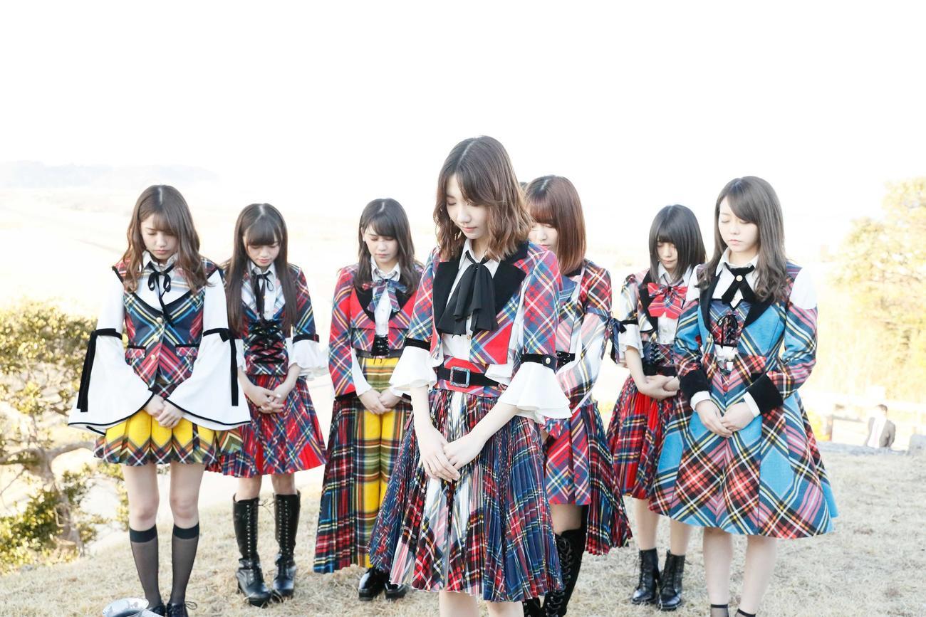 18年3月4日、福島・南相馬市で黙とうするAKB48グループメンバー(C)AKB48