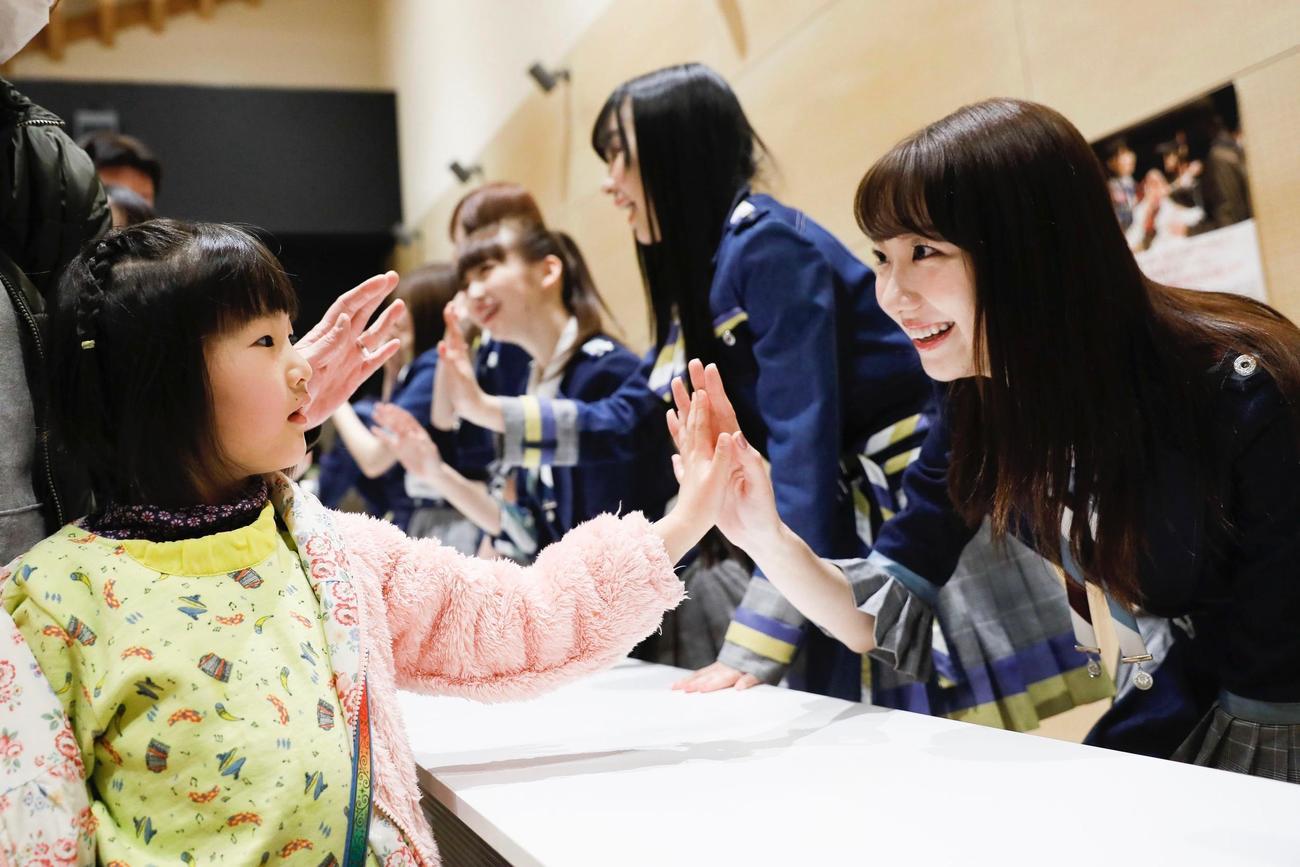 19年3月2日、岩手・大槌町で交流する柏木由紀(C)AKB48