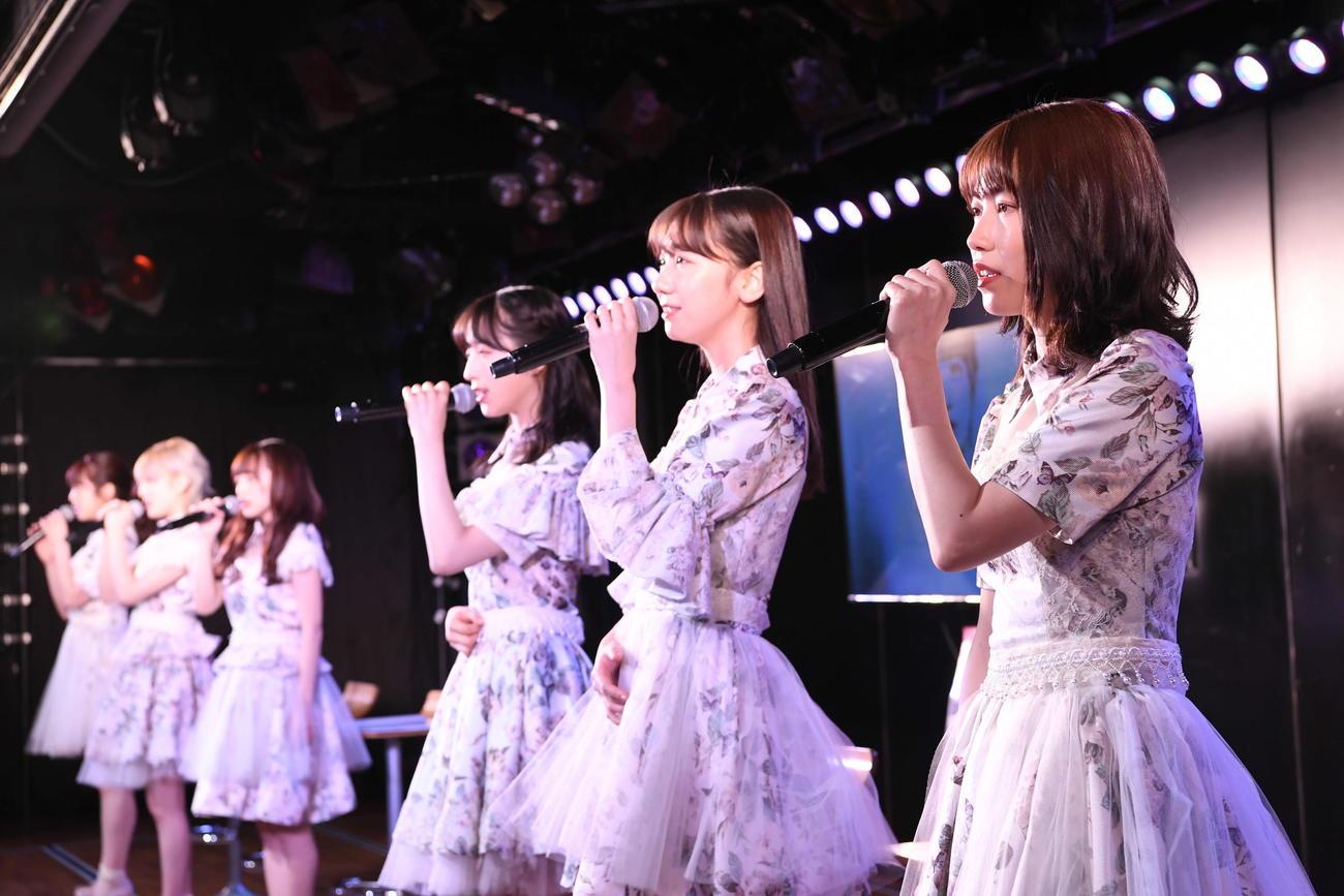「掌が語ること」を歌う横山由依(右端)柏木由紀(右から2人目)らAKB48メンバー(C)AKB48