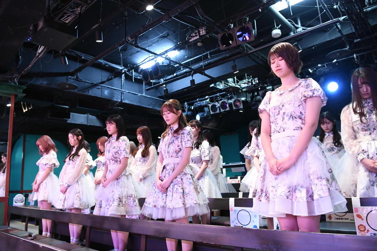 黙とうする佐藤朱(右端)らAKB48メンバー(C)AKB48