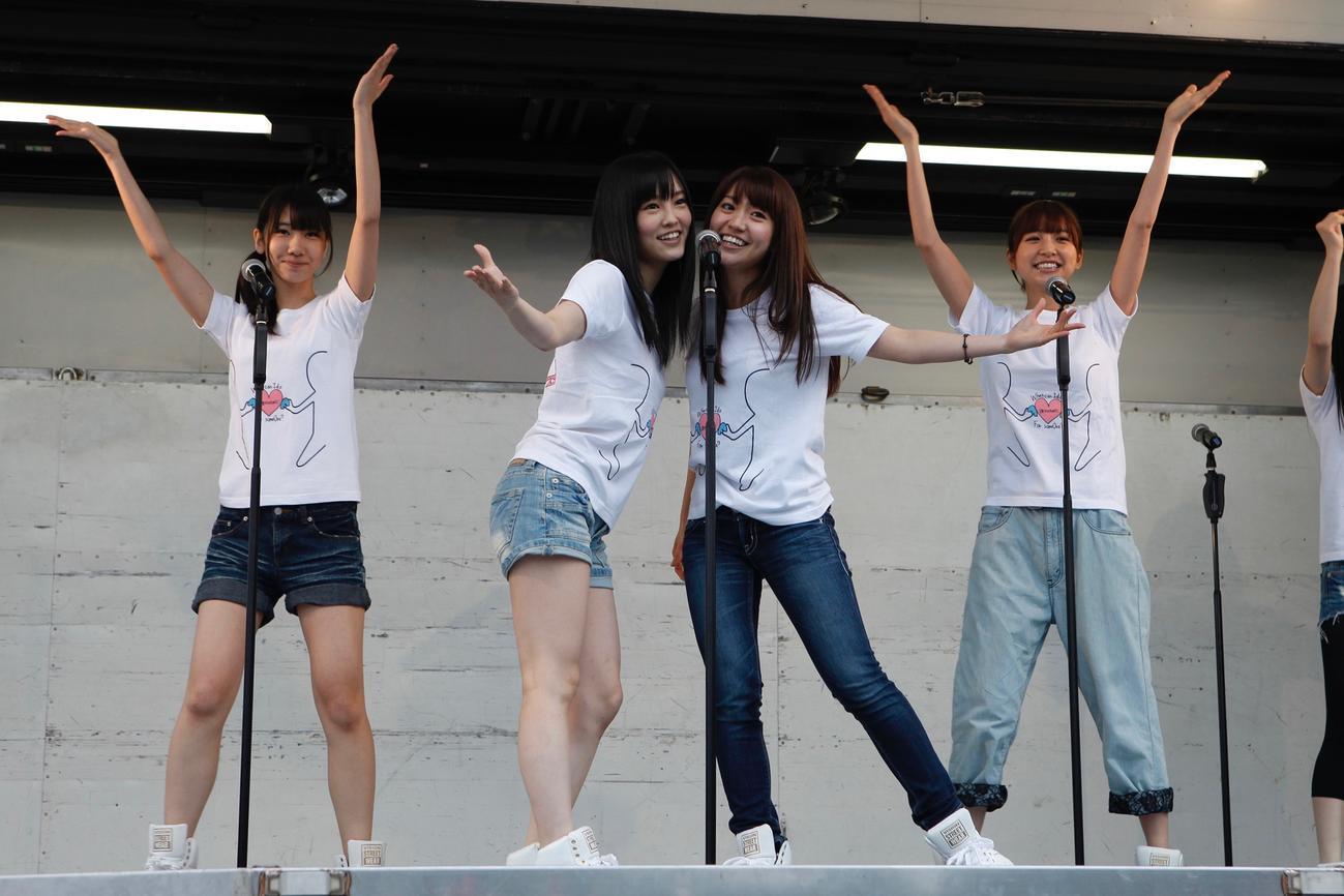 11年5月22日、岩手・大槌町と山田町を訪れた、左から柏木由紀、山本彩、大島優子、篠田麻里子(C)AKB48