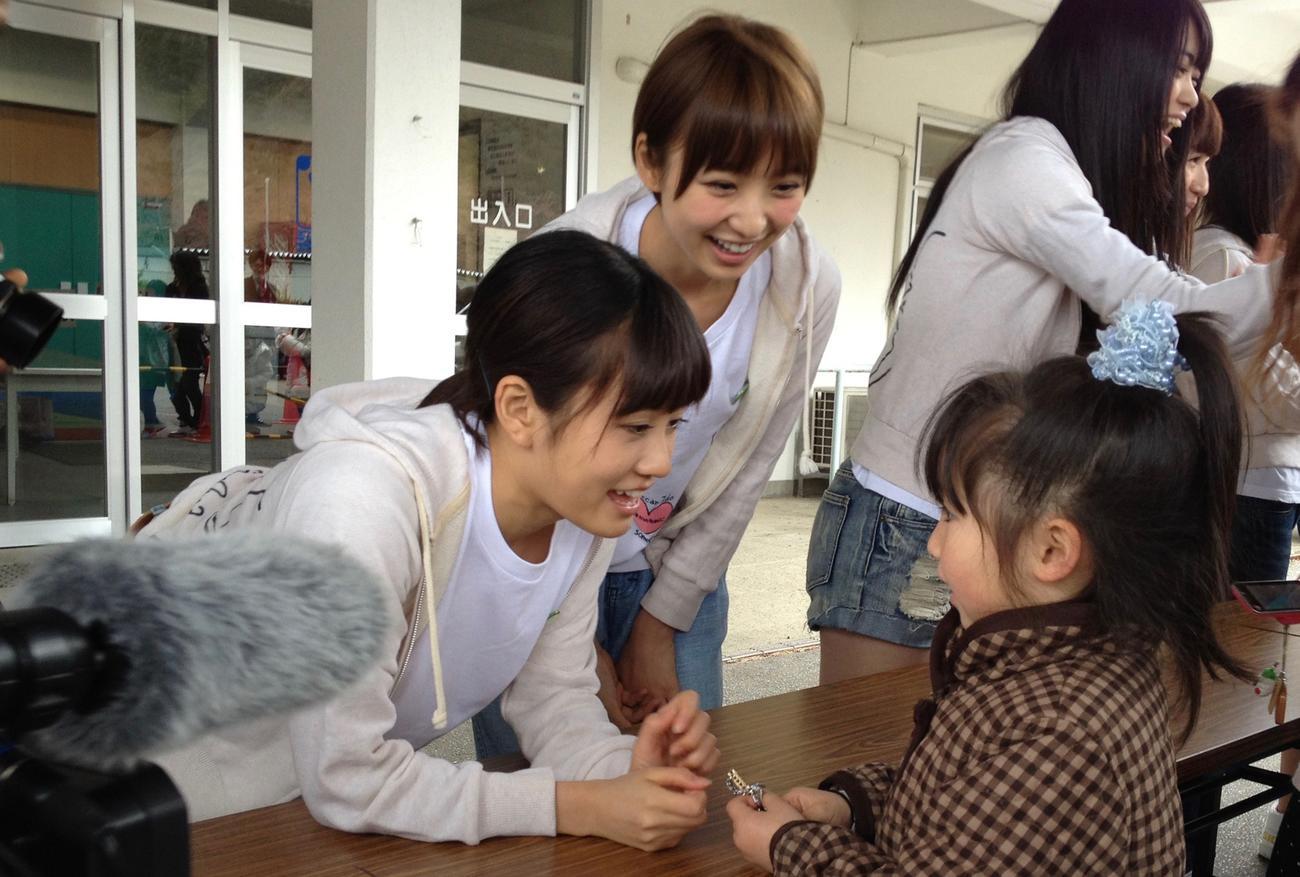 12年4月22日、岩手・釜石市を訪れ子どもと交流する前田敦子(左)と篠田麻里子(C)AKB48