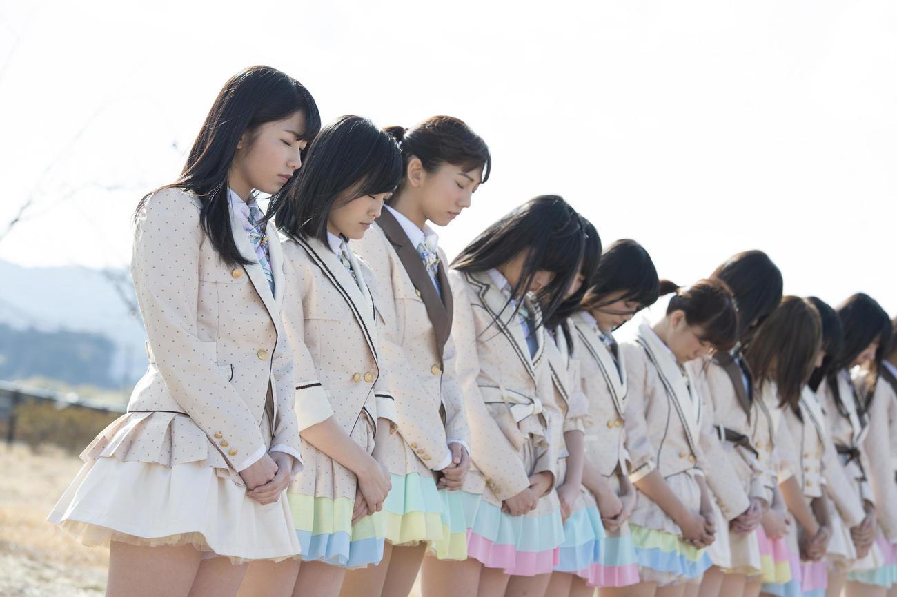 14年3月11日、福島・南相馬市で黙とうする横山由依(左端)らAKB48グループメンバー(C)AKB48