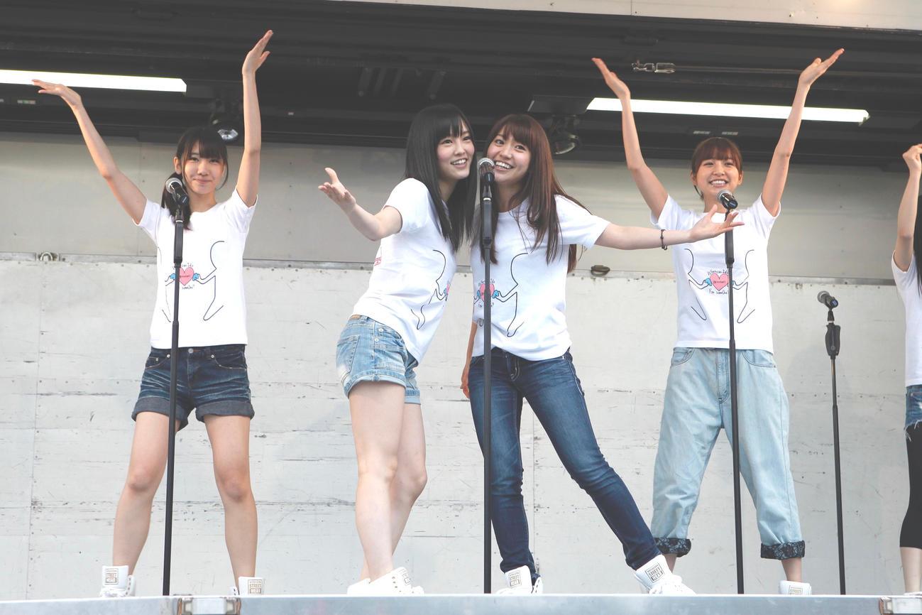 11年5月22日、岩手・大槌町と山田町を訪れた、左から柏木由紀、山本彩、大島優子、篠田麻里子 (C)AKB48