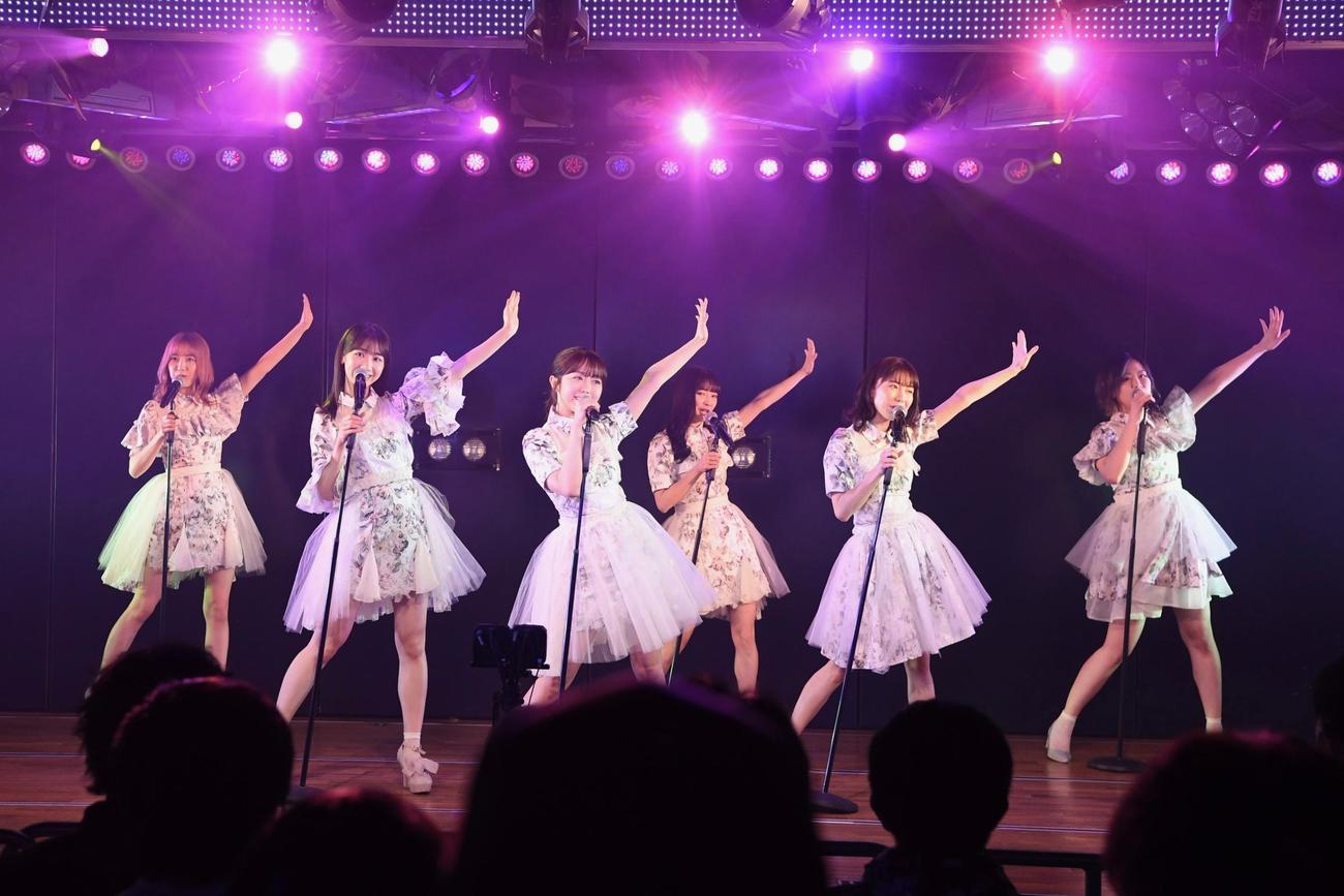 21年「東日本大震災復興支援特別公演」で歌うAKB48メンバー (C)AKB48