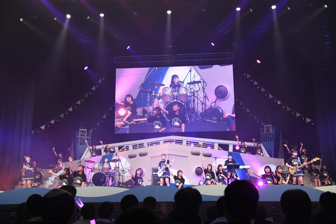 4周年コンサートの昼公演でバンドユニット「青い向日葵」の演奏で歌うSTU48(C)STU