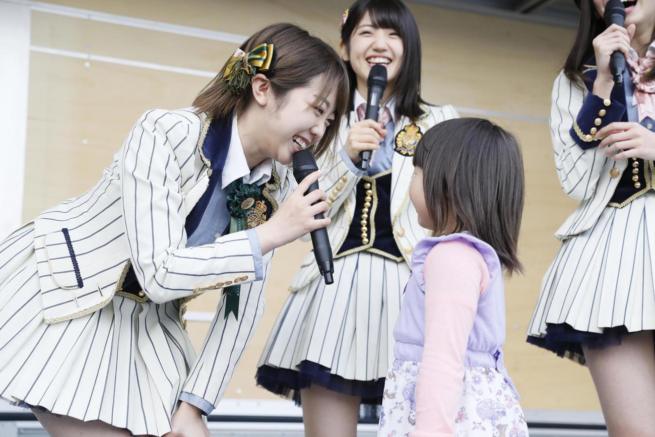 16年11月20日、岩手・大船渡市で子どもと交流するAKB48峯岸みなみ(C)AKB48