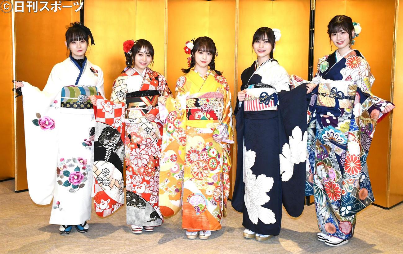 AKB48新成人メンバー成人式で取材に応じた、左から横山結衣、坂口渚沙、倉野尾成美、福岡聖菜、浅井七海(撮影・大友陽平)