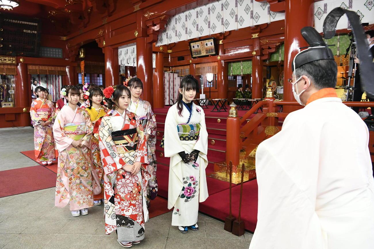 成人式を行い祈祷を受けるAKB48新成人メンバー(C)AKB48