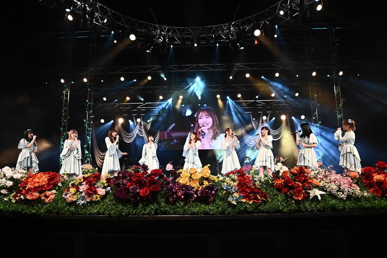 「第3回AKB48グループ歌唱力 No. 1決定戦 ファイナリストLIVE」で新曲「はじまりの唄」を初披露するファイナリストメンバー