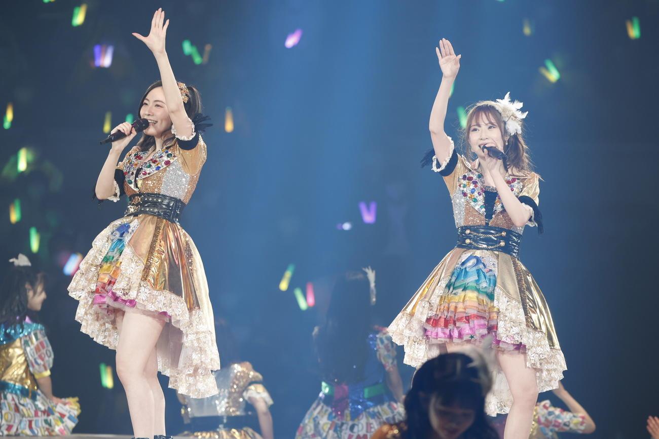 高柳明音(右)の卒業コンサートで「コスモスの記憶」を歌う松井珠理奈(c)2021 Zest,Inc./AEI