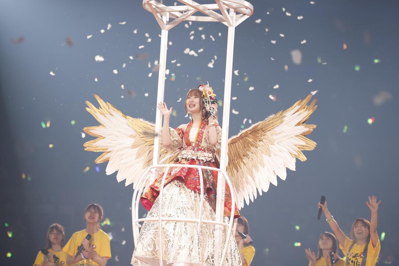 卒業コンサートで鳥の羽を模したリフトに乗ってファンに別れを告げる高柳明音(C)2021 Zest,Inc./AEI
