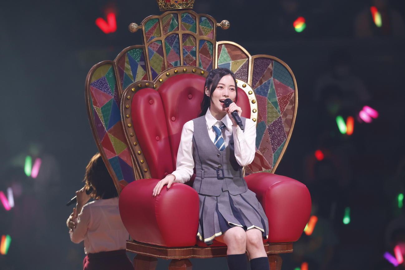卒業コンサート昼公演で選抜総選挙1位のいすに座り「センチメンタルトレイン」を歌う松井珠理奈(C)2021 Zest,Inc./AEI