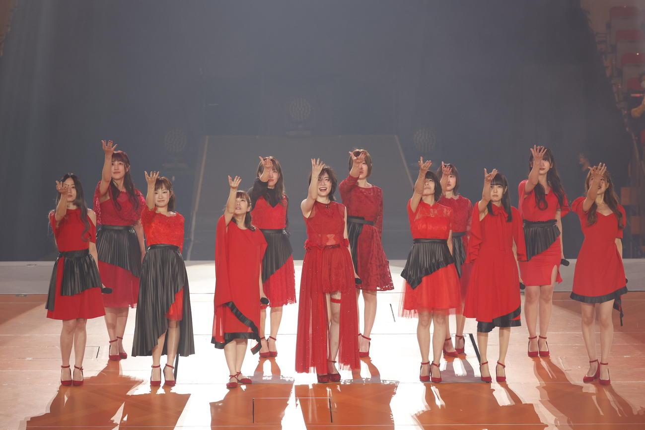 卒業コンサート夜公演で同期の卒業生11人と歌う松井珠理奈(中央)。前列左から高田志織、矢神久美、佐藤実絵子、1人おいて中西優香、高井つき奈、桑原みずき、後列左から平田璃香子、小野晴香、出口陽、松下唯、山下もえ(C)2021 Zest,Inc./AEI