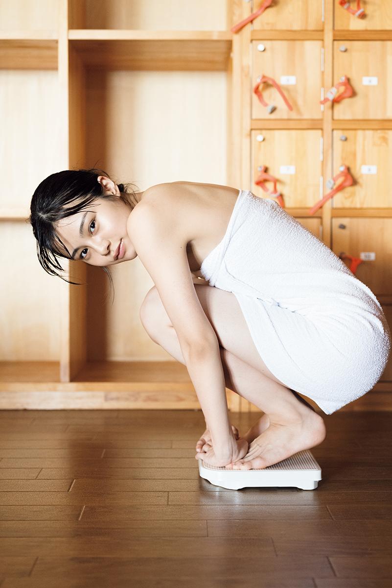 ファースト写真集で温泉でのショットを披露するNGT48本間日陽