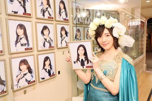 卒業公演を終えて劇場の壁掛け写真を外すSKE48松井珠理奈