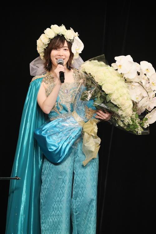 卒業公演でファンからの花束を受け取るSKE48松井珠理奈(c)2021 Zest,Inc.