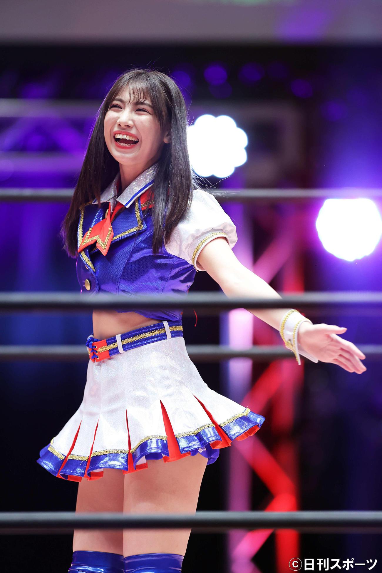 デビュー戦を迎えたSKE48荒井優希は、リングに上がり笑顔を見せる(撮影・河田真司)